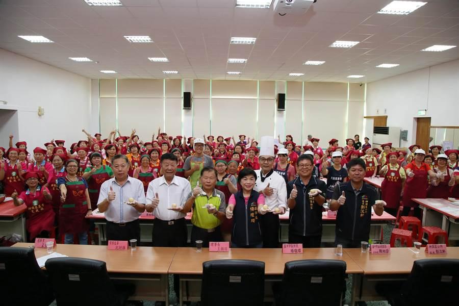副市長楊瓊瓔出席農會活動,祕書高喊「楊瓊瓔凍蒜」。(陳淑娥攝)