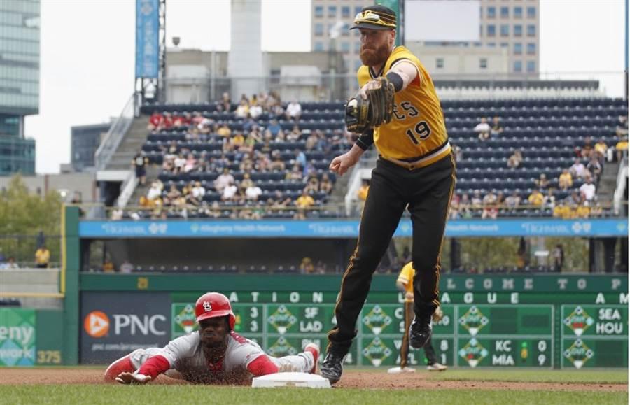 王維中被短打偷襲,海盜三壘手莫蘭(右)成功封殺紅雀跑者。(路透)