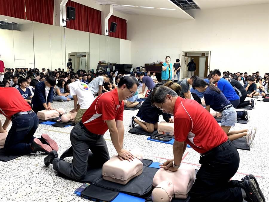 1700多位大學新鮮人在曾信超校長等師長帶領下,接受CPR和AED操作訓練。(曹婷婷攝)