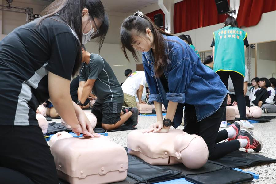 1700多位大學新鮮人接受CPR和AED操作訓練,體驗另類的入學見面禮。(曹婷婷攝)