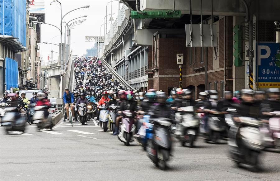 越南女子騎機車超車不慎撞擊路口販賣玉蘭花的阿嬤,法院認為兩造各有百分之50的責任。(示意圖/李文正台北傳真)