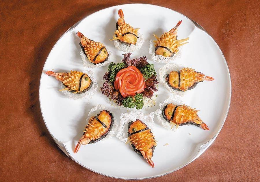 「鯉魚海大蝦」是早期富貴人家為宴請賓客所烹製的阿舍菜,用蝦、花枝漿等食材巧妙捏成討喜的鯉魚模樣,也是文珽逅最愛的一道台菜。(盧禕祺攝)