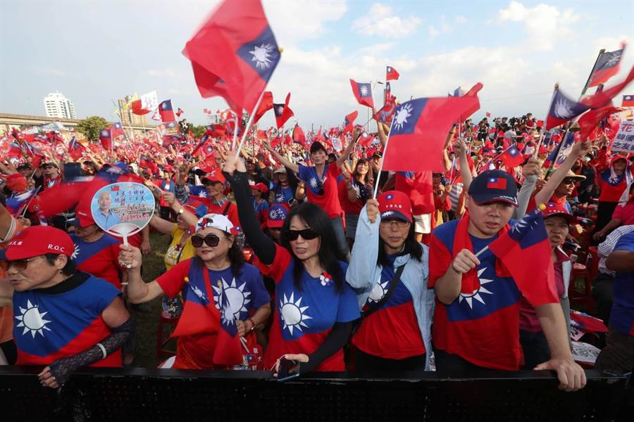 國民黨總統提名人韓國瑜8日在新北市三重幸福水漾公園舉辦「2020新北出發」造勢活動,眾多韓粉及支持者揮旗吶喊,力挺韓國瑜。(資料照,劉宗龍攝)