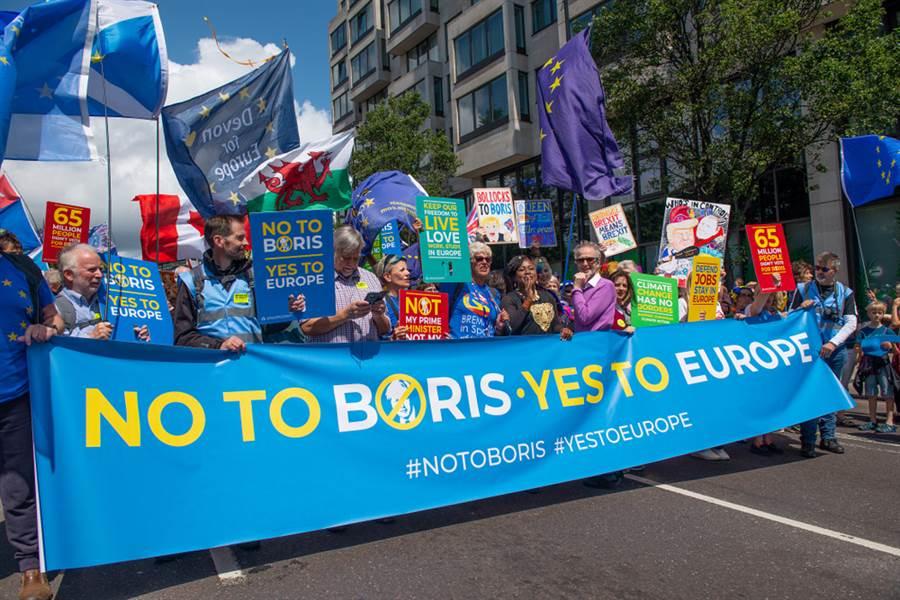 媒體報導,英國首相強森將寫信給歐盟,拒絕延後脫歐日期。(圖/Shutterstock)