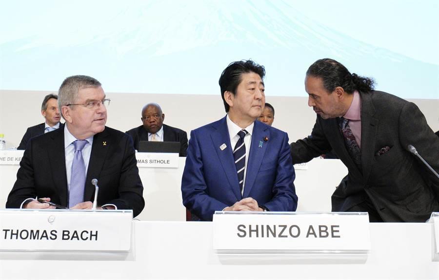 日本首相安倍晉三(中)(圖/美聯)