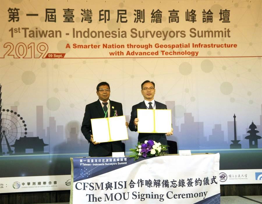 中華測繪聯合會(CFSM)會長王啟鋒(右),與印尼方的印尼測量師協會(ISI)主席Virgo Eresta Jaya,在君品酒店正式簽署合作備忘錄。(內政部提供)