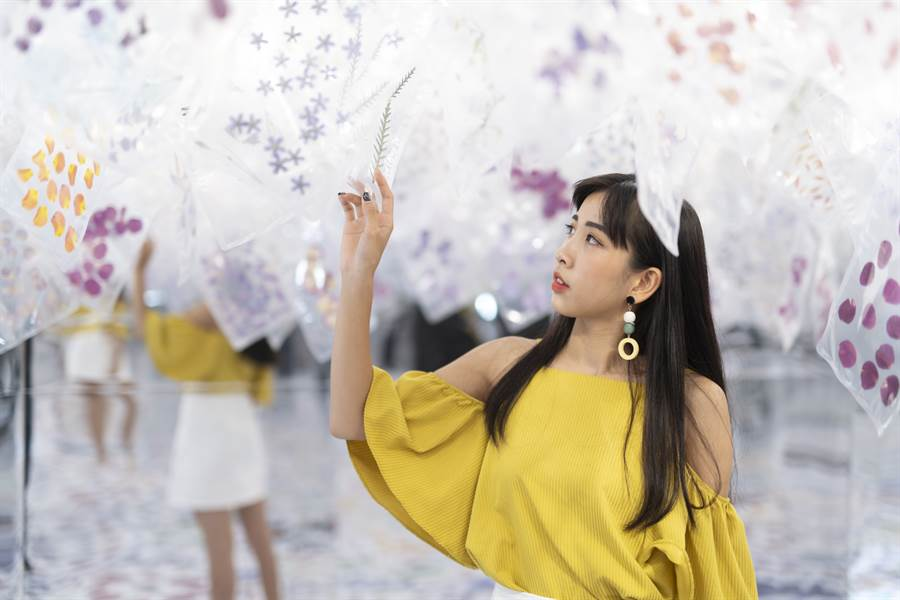 由plantica花藝團隊首次來台展出,在展期間與plantica三件作品之一合影,上傳至Instagram并完成指定動作,即可獲得抽台北東京來回機票的機會。(圖/時藝多媒體提供)