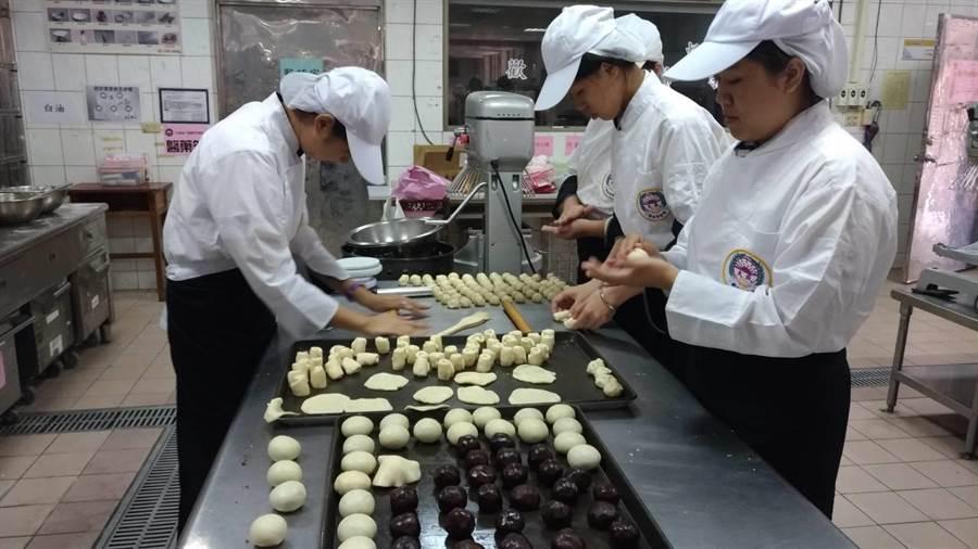 雲林縣虎尾大成商工餐飲科學生製作月餅送邊緣戶。(許素惠攝)
