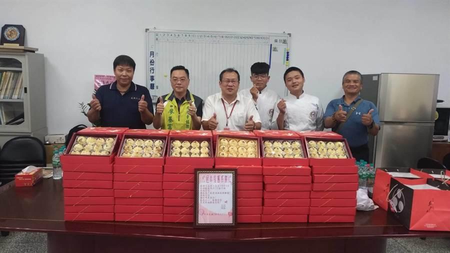雲林縣虎尾大成商工將餐飲科學生製作的愛心月餅送邊緣戶。(許素惠攝)