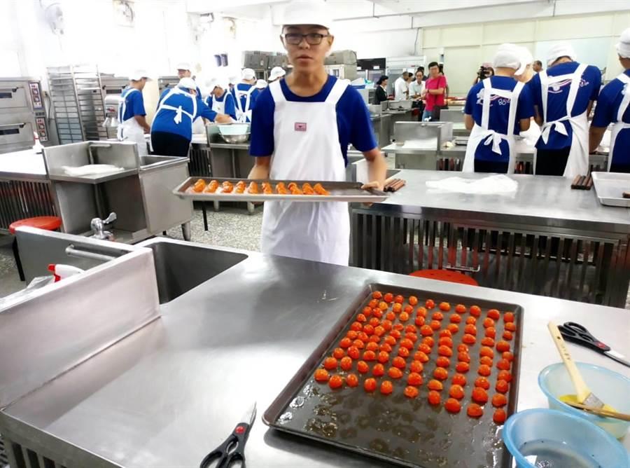 雲林縣虎尾農工學生製作蛋黃酥給社區長青食堂爺奶吃。(許素惠攝)
