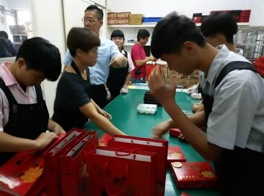 雲林縣虎尾農工學生製作的蛋黃酥很有「學味」,是各科合作的美味,其中綜合職能科包裝。(許素惠攝)