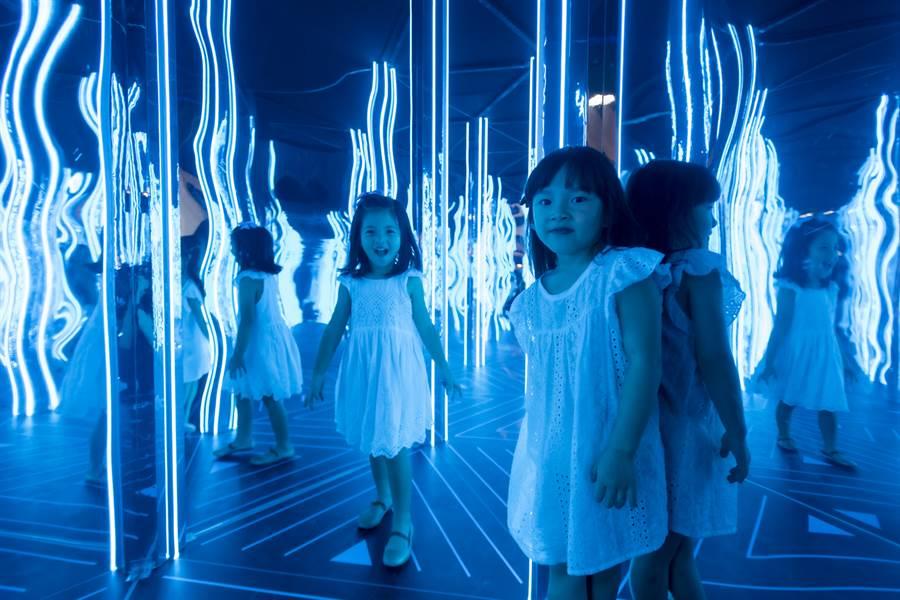 小朋友在鏡子的無限反射迷宮內,找到一條可以通往出口的路,絕對是爸爸媽媽讓小孩放電的最佳遊戲場所。(圖/時藝多媒體提供)
