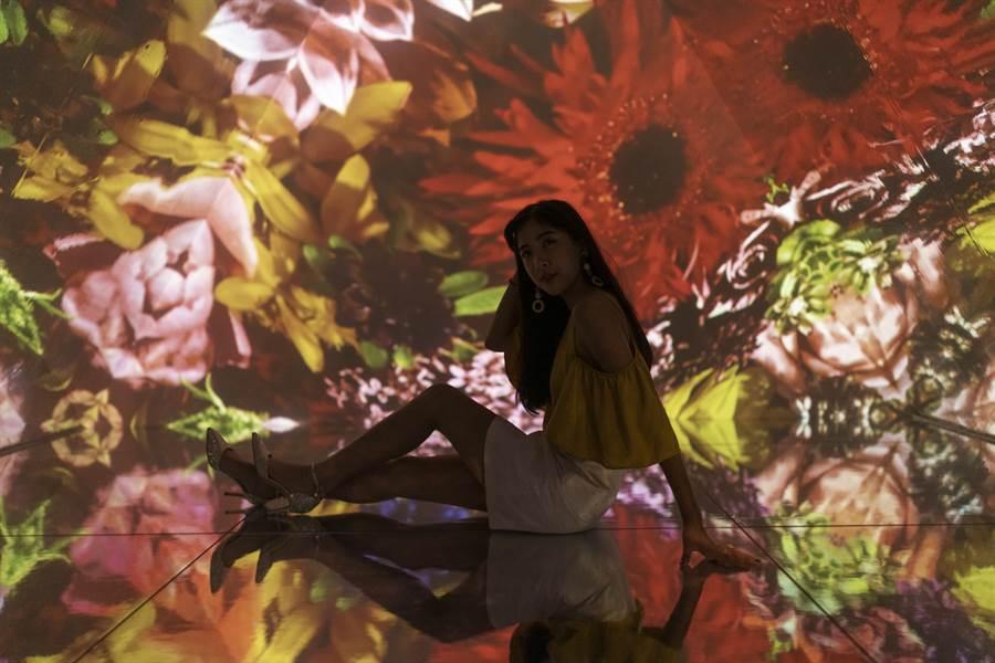 plantica運用自身獨道的花藝風格,製作出萬花筒內的影像,配合三角鏡子的反射呈現出滿滿的花花世界。(圖/時藝多媒體提供)
