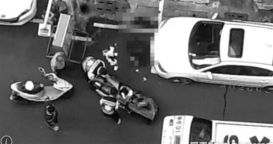 高中女拒男子追求,當街遭追砍20刀致斷指、頭皮被削掉。(圖/翻攝自畫面)