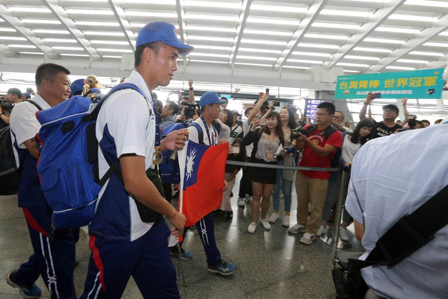U18世界盃青棒錦標賽中華隊粉碎美國隊五連霸美夢,拿下睽違9年的冠軍,中華隊在9日下午榮耀抵台,在入境大廳接受親友們英雄式的熱情接機。(陳麒全攝)