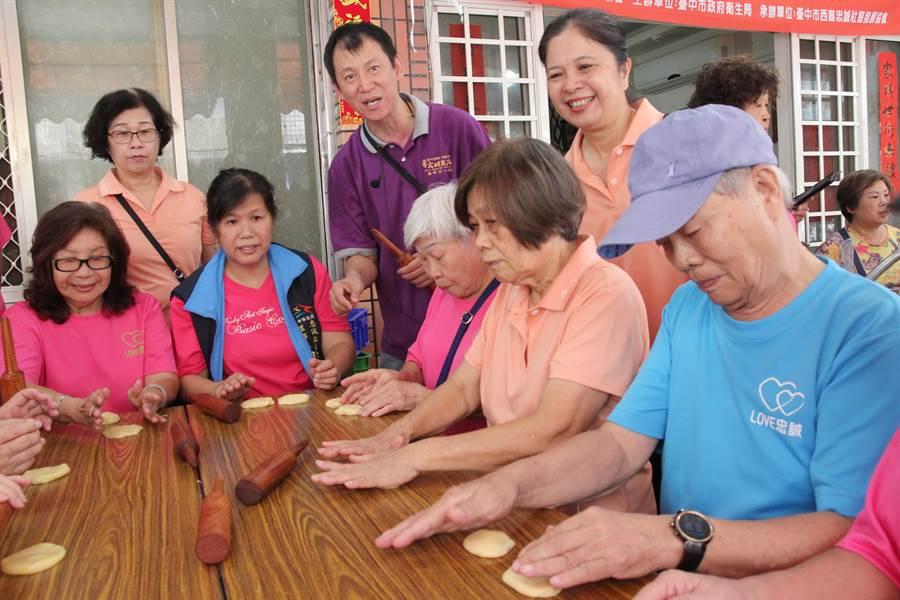 忠誠社區發展協會及台中市糕餅公會合作,在中秋節前夕邀請長輩來學做月餅,提前歡度中秋節。。
