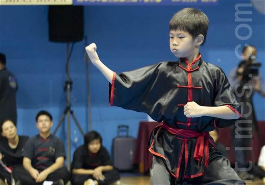 楊曉樂以10歲的年紀力退50多位選手,拿下新唐人武術大賽10至18歲少年組八極拳套路銅牌,好成績歸功於平日苦練與教練細心指導。(月眉國小提供/王昱凱花蓮傳真)