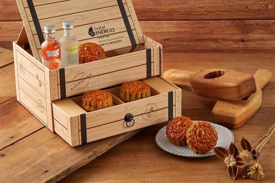 高雄中央公園英迪格酒店的廣式月餅「舶來品木箱禮盒」,不僅外型吸睛,還能變身多功能文具收納盒,還有放置手機和擴音功能。(圖片提供/各飯店)