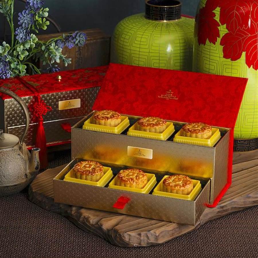 香格里拉台北遠東國際大飯店的「豪華月餅禮盒」,以貴氣的「妝奩」為造型。(圖片提供/各飯店)