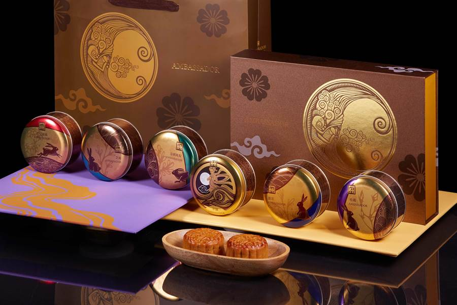 國賓大飯店的「金月盈華」廣式月餅禮盒,6個印有不同精緻圖樣的金色圓鐵盒分別裝著不同口味的月餅。(圖片提供/各飯店)