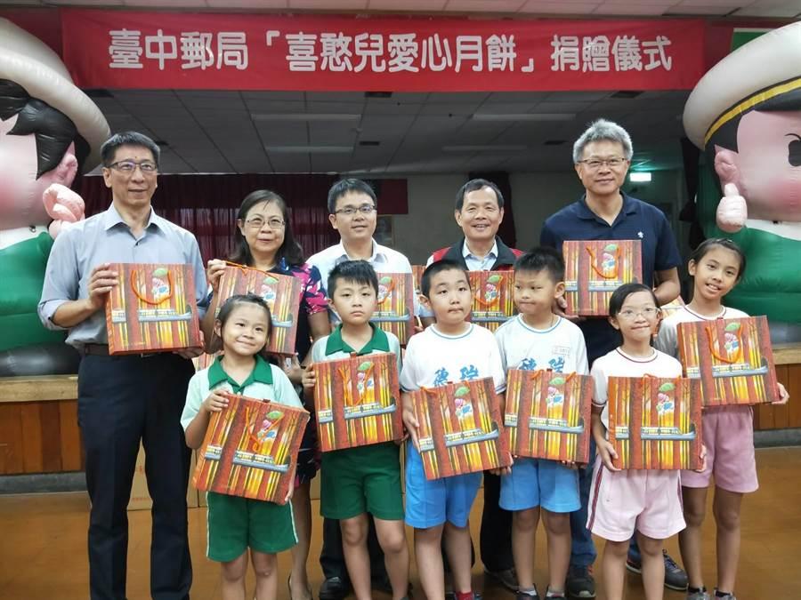 台中郵局長期募集各界愛心,今年捐贈1300盒喜憨兒月餅給弱勢學童。(陳淑娥攝)