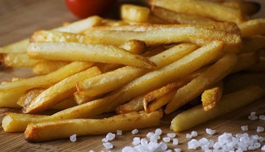 英國出現因挑食而導致的驚人病例,一名青少年多年來只吃薯條、洋芋片、香腸等加工食品,到了17歲竟然失明。(圖/pixabay)