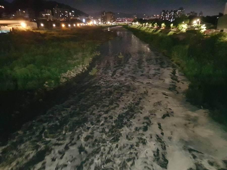 新北市三峽河八安大橋段上週末出現大量白色泡沫,把蔚藍河川染成一片「雪白泡泡河」。(翻攝自臉書「我是三峽人」/許哲瑗新北傳真)