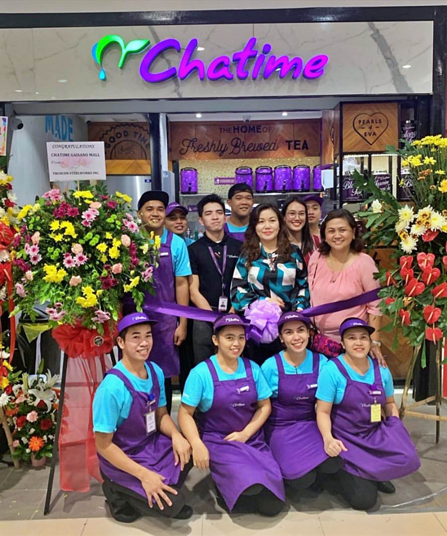 菲律賓第一夫人阿旺賽納(Honeylet Avancena,二排右2)成為六角旗下茶飲品牌「Chatime日出茶太」加盟主 ,於總統杜特蒂故鄉達沃(Davao)開出第2家分店。(圖/六角國際)