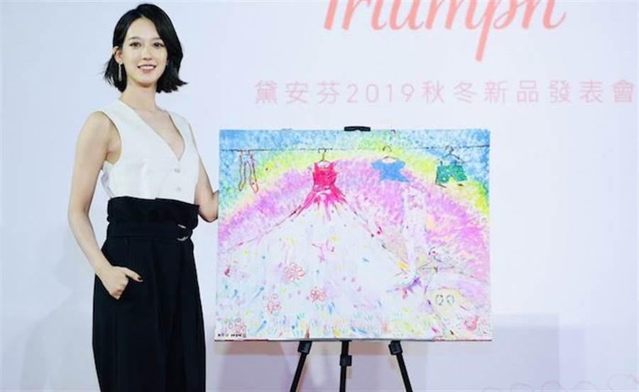 孟耿如今出席內衣活動,會上也展示自己的畫作。陳俊吉攝