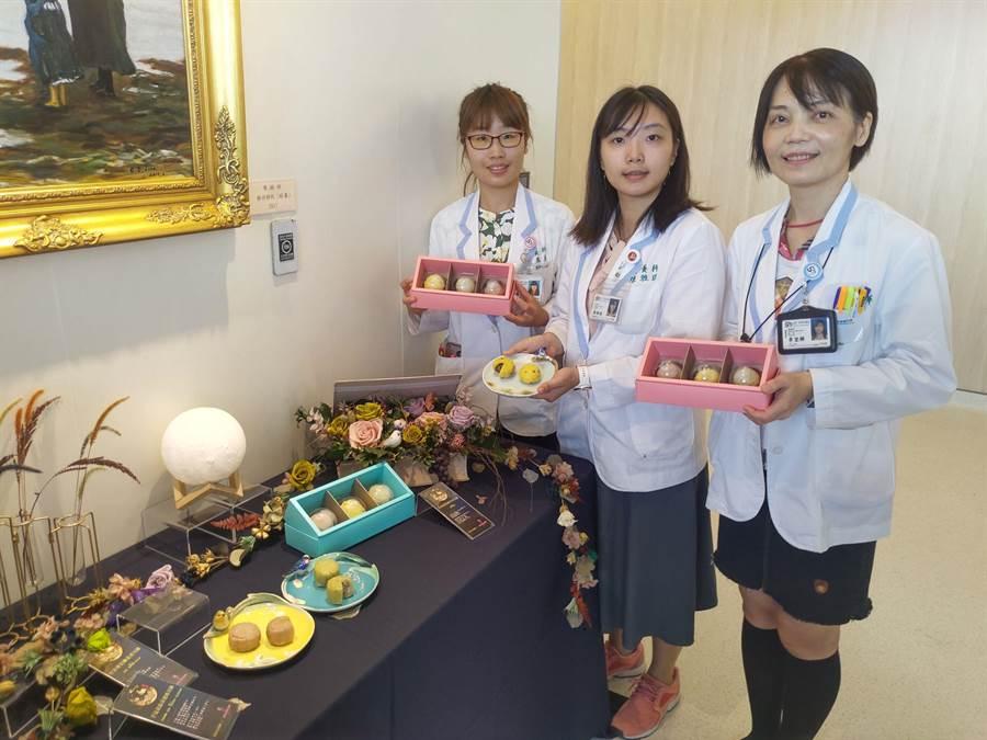 佳里奇美醫院營養科團隊設計出3款不到100卡的健康月餅,不用烤箱,電鍋蒸煮就完成,民眾在家就能DIY,相當方便。(莊曜聰攝)