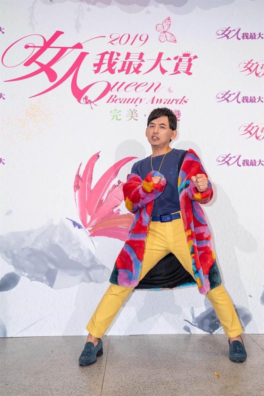 黃子佼身穿環保皮草主持「2019女人我最大賞」頒獎典禮。(TVBS提供)
