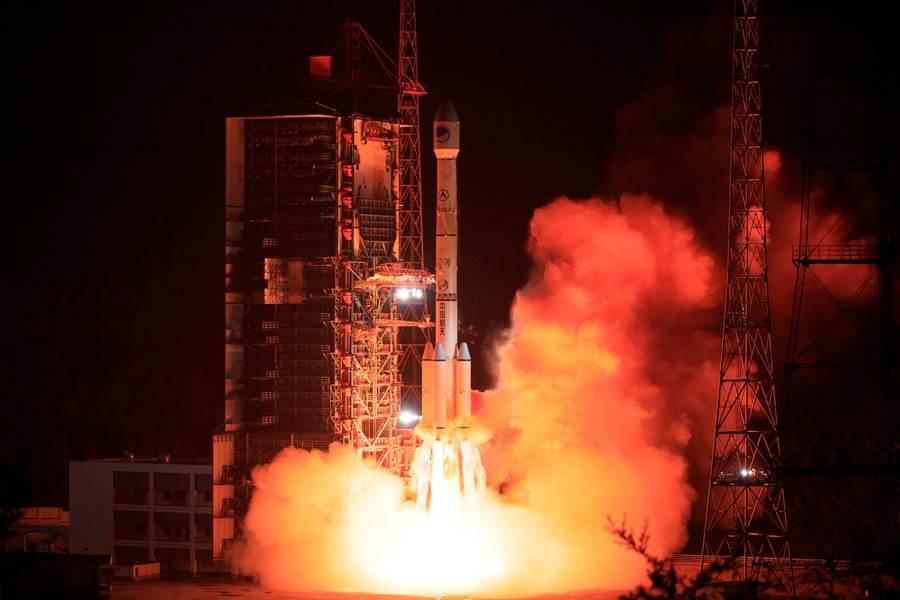中國大陸6月25日在西昌衛星發射中心用長征3號乙運載火箭,成功發射第46顆北斗導航衛星的畫面。(新華社)