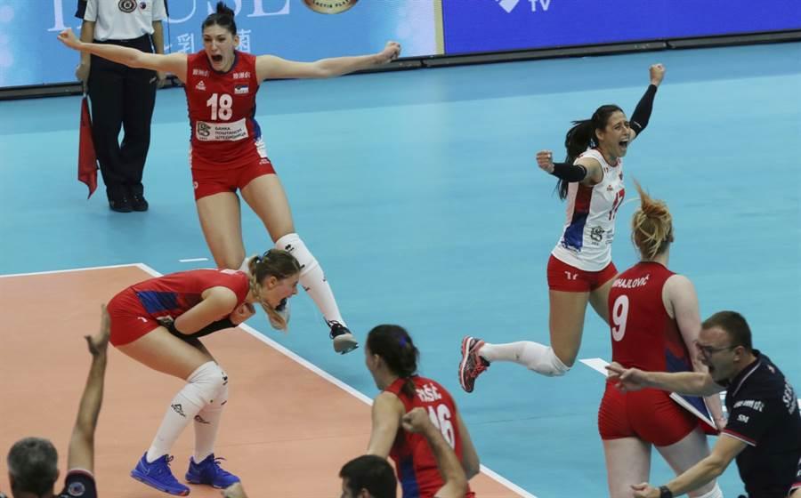 塞爾維亞女排隊慶祝贏球。(美聯社資料照)
