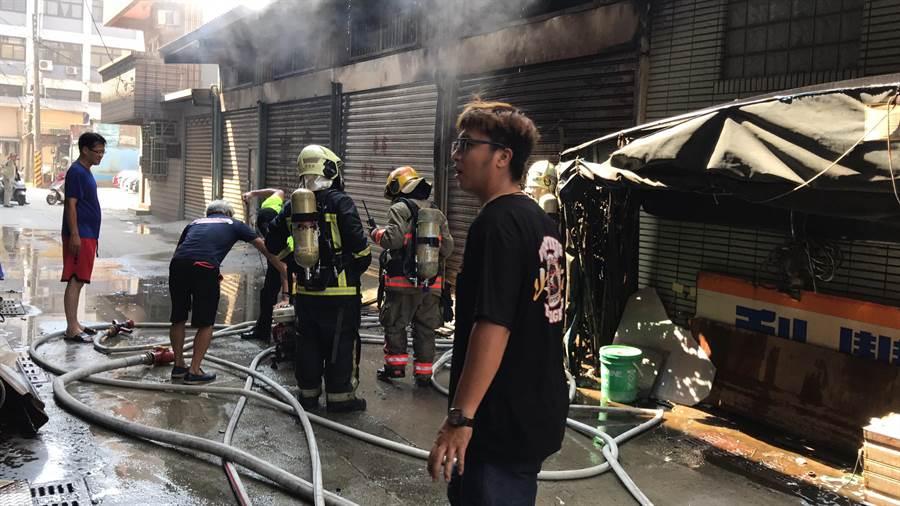 基隆和平島知名魚羹店失火,消防隊緊急灌救。(張穎齊翻攝)