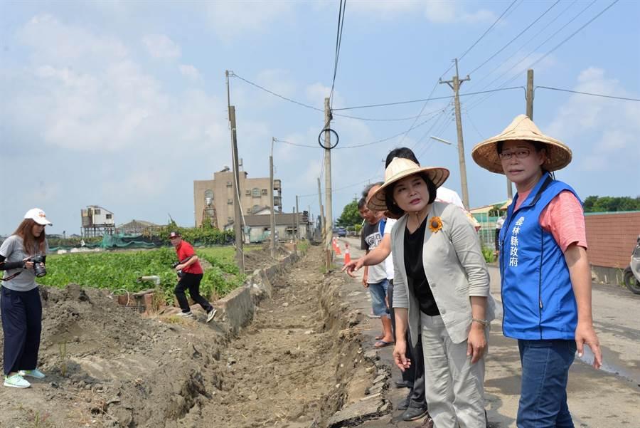 農水路與水溝年久失修,雲林縣長張麗善(右二)編列上千萬元整修。(張朝欣攝)