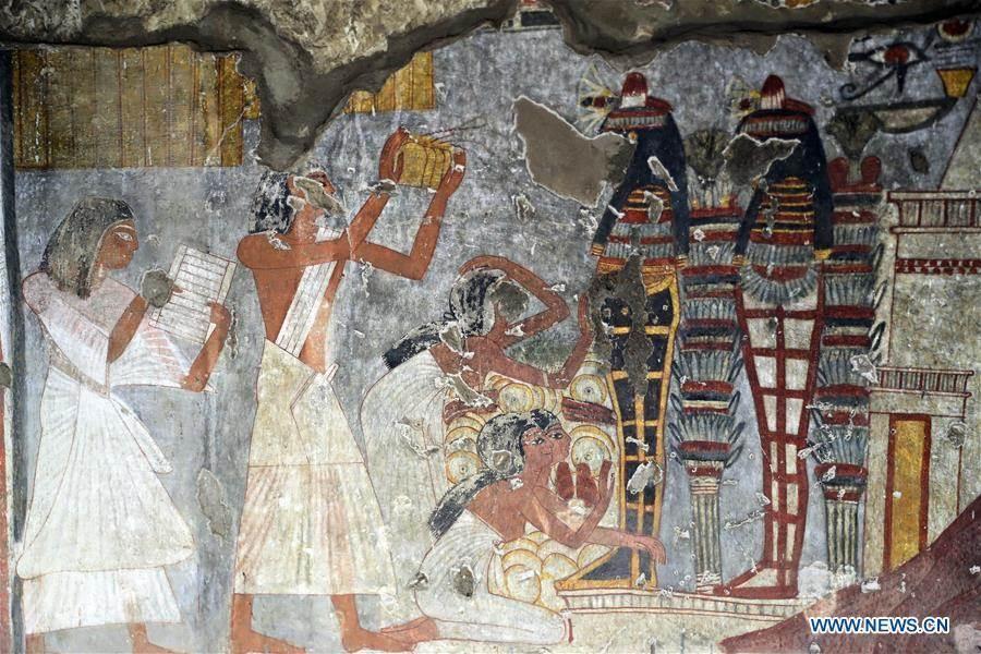 在古墓內部,可以看到修復好的壁畫色彩鮮艷,栩栩如生。(新華社)
