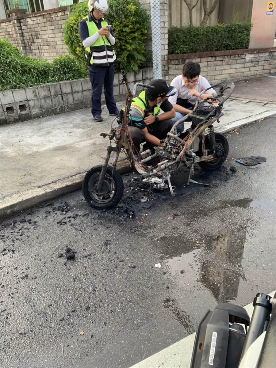 黃姓騎士騎乘電動自行車,在彰化市國稅局前,發現車子冒煙先下車,車子當街自燃,燒得只剩焦黑的車架骨。(彰化縣消防局提供/吳敏菁傳真)
