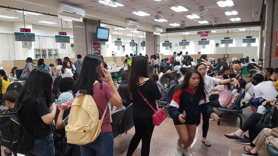 移民署台北市服務站外事區大廳人潮眾多。(移民署提供/李文正台北傳真)
