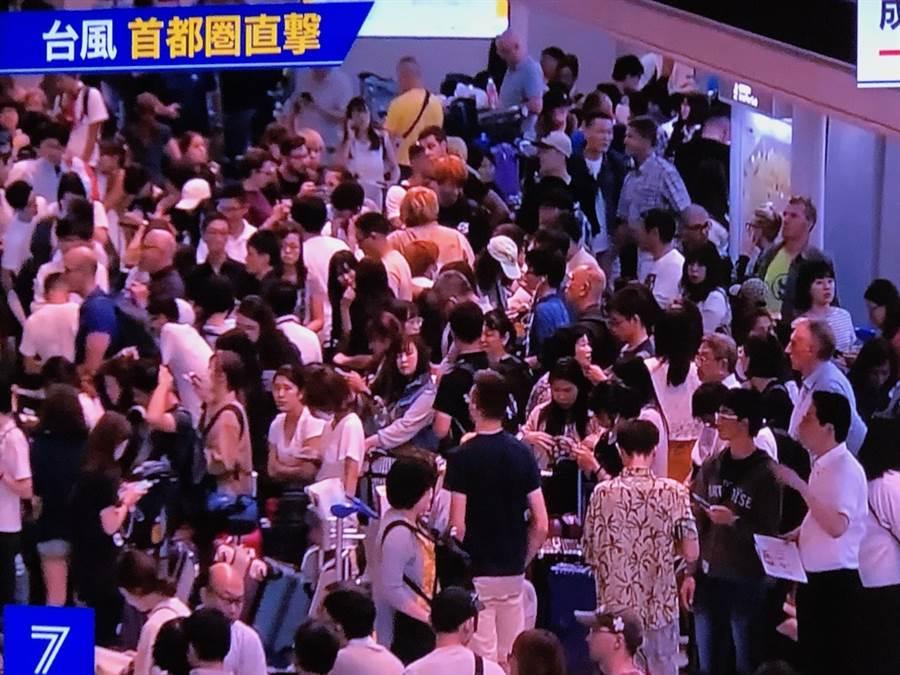 逾9千旅客滯留成田機場。(翻拍自NHK新聞畫面)
