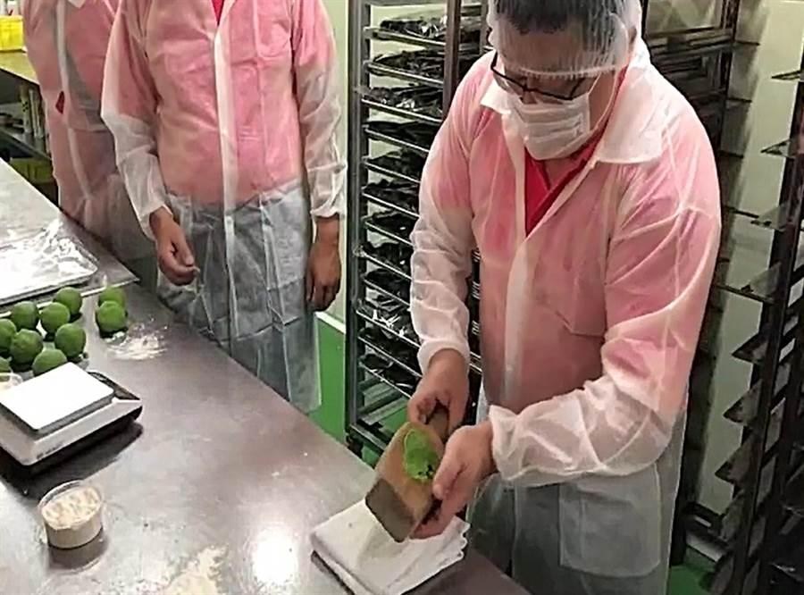 周煥興也到糕餅舖廚房親自體驗製作過程。(大安分局提供/胡欣男台北傳真)