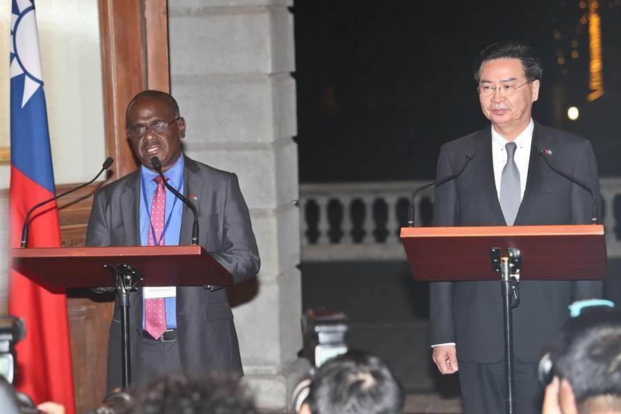 外交部長吳釗燮(右)與索羅門群島外交部長馬內列(左)9日在台北賓館舉行媒體見面會,並發表談話。(劉宗龍攝)