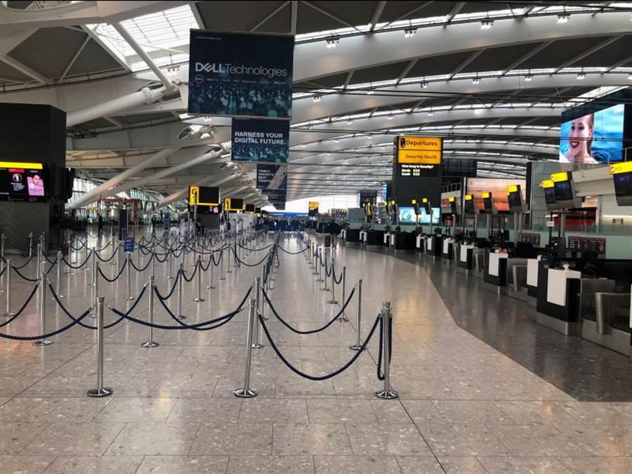 受到英航飛行員罷工影響。平時擠滿乘客的倫敦機場第五航廈空無一人。機場內餐廳和咖啡廳甚至計程車生意一落千丈!(路透)