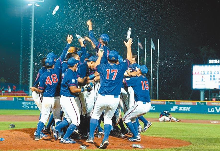 中華青棒代表隊8日在韓國摘下國際棒球總會U18棒球賽世界冠軍,球員獲勝後衝進場中灑水相擁慶祝。(摘自WBSC官網)
