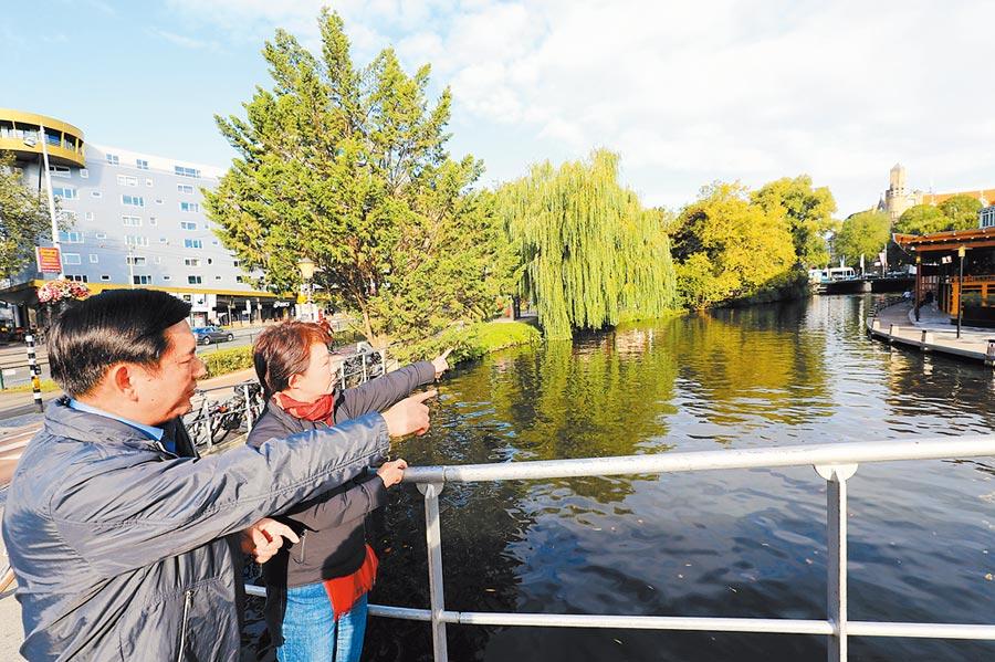 台中市長盧秀燕(右)與水利局長范世億(左)參訪阿姆斯特丹運河,借鏡荷蘭經驗治水也保存文化。(台中市政府新聞局提供/陳世宗台中傳真)