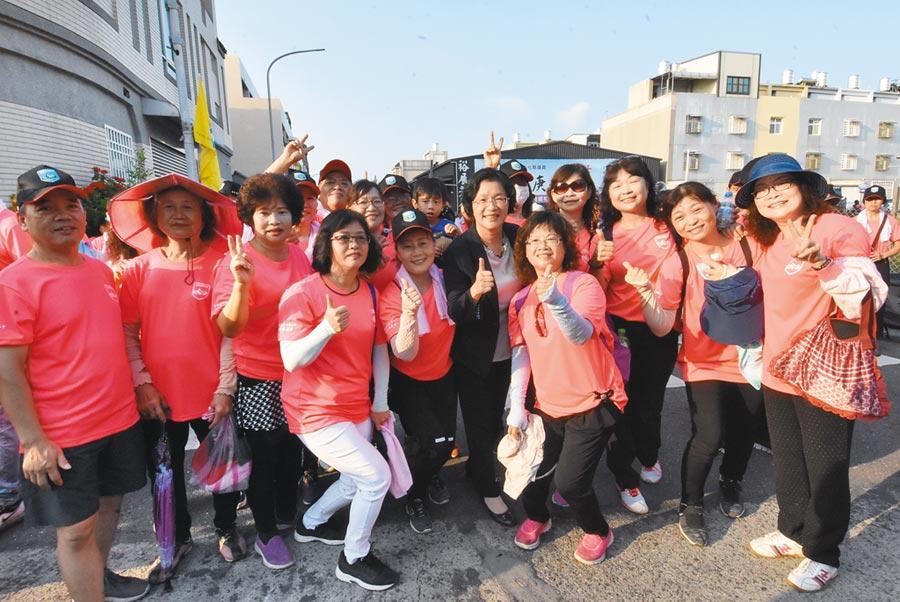 彰化縣和美鎮古蹟懷舊健行,吸引2000多位鄉親熱情參與,王惠美也參與,一起開心,「要活就要動」。(吳敏菁攝)