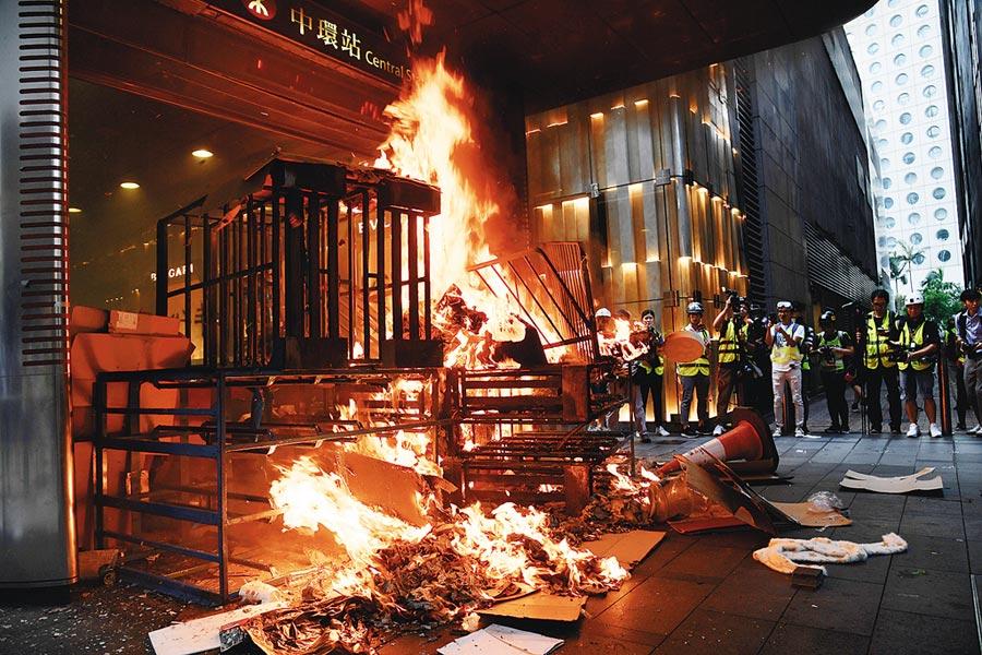 香港激進示威者8日於中環畢打街及遮打道地鐵站門口縱火。(中新社)