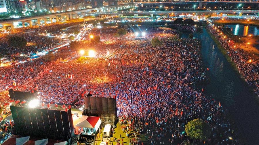 國民黨總統提名人韓國瑜8日在新北市三重水漾公園辦造勢大會,吸引滿場的支持者到場相挺。(本報系記者李俊毅攝)