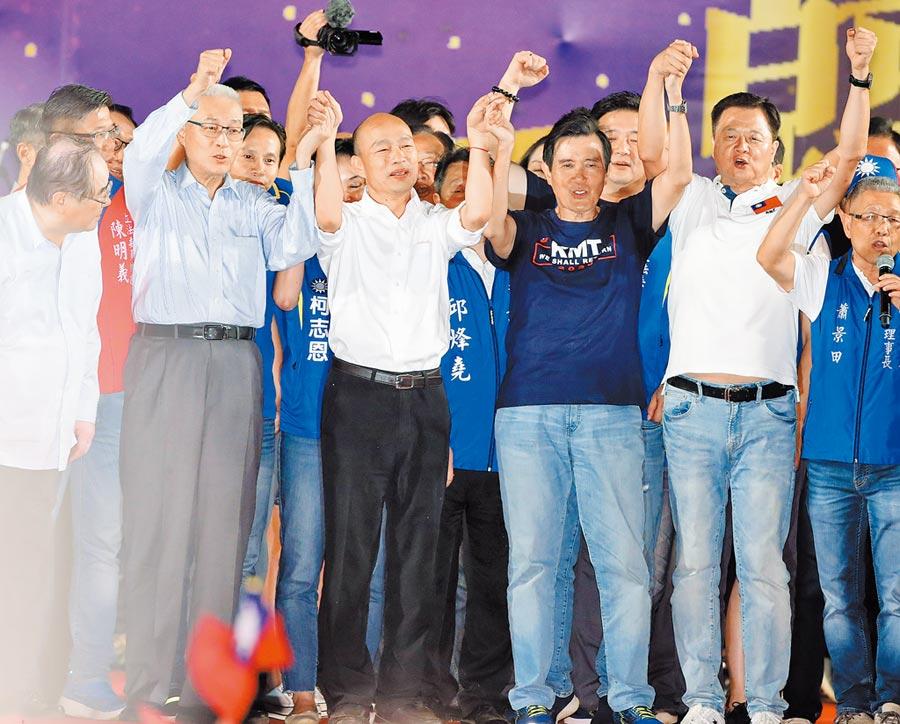 韓國瑜(左2)8日造勢,在國民黨主席吳敦義(左起)、前總統馬英九及前新北市長周錫瑋陪同下出席晚會。(本報系記者鄭任南攝)