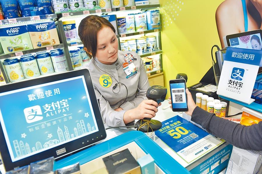 2017年5月23日,一家商店店員進行支付寶測試。(新華社)