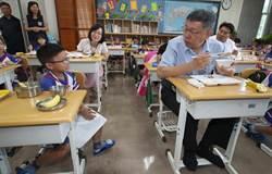 柯文哲赴健康國小 參觀營養午餐